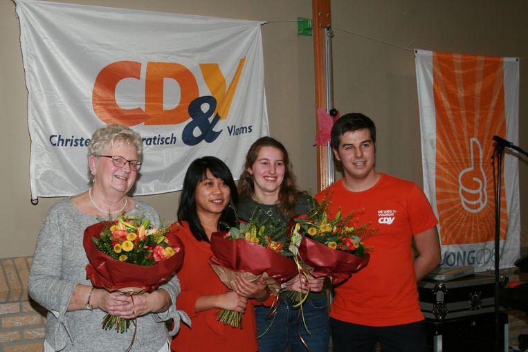 V.l.n.r: Paula Barbé (vertegenwoordiger Vrouw & Maatschappij), afdelingsvoorzitter Aletheia De Guzman en jongerenvoorzitters Femke Dossé en Jeroen Decrick.