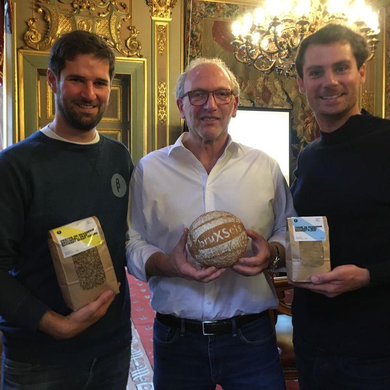 Bakker Charly Lowy en brouwers Olivier De Brauwere en Bruno Volckrick stellen het BruXSel-brood voor.