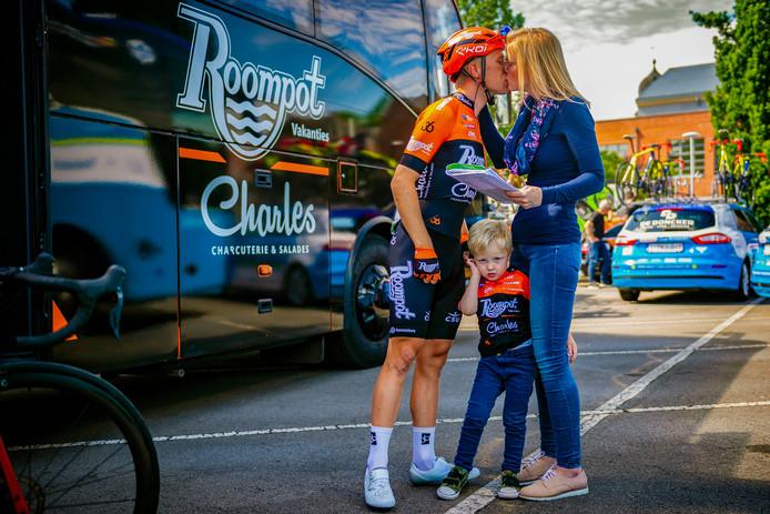 Maurits Lammertink en zijn vrouw Marion, met daartussen zoontje Seb, eerder dit wielerseizoen. De coureur uit Reutum heeft een roerige periode achter zich en kijkt vooruit naar de rest van het wielerjaar.