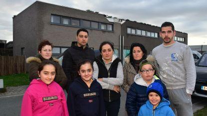 Storm blaast dak van drie huizen weg: gezin met vier kinderen moet noodgedwongen naar hotel verhuizen