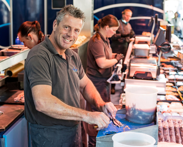 Sjaak Tramper aan het werk in de wagen op de weekmarkt in Yerseke.