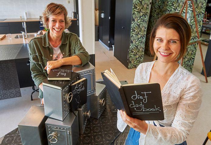 Simone Boogers en Marike Daverveld (r) met een paar corona-dagboeken.