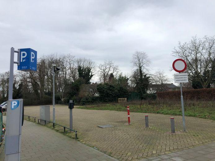 De parkeerplaats op de hoek van de Langdonkenstraat, Hubertastraat en Draaiboomstraat in Eindhoven. Het pad dat verdwijnt ligt rechts bij het hekje.