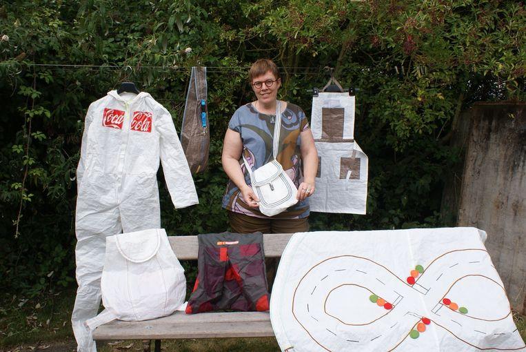 Bea Callemeyn met enkele creaties, gemaakt met achtergelaten tenten en afval van Dranouter vorig jaar.