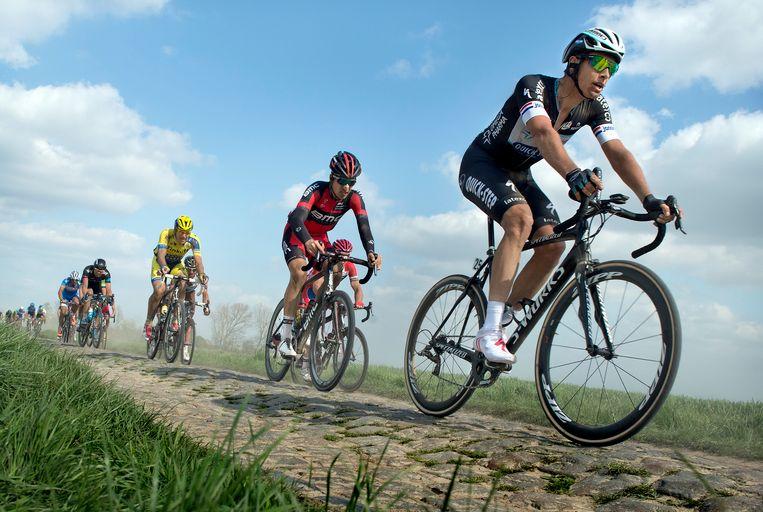 2014. Niki Terpstra dendert over de stenen op weg naar zijn eerste zege van Parijs-Roubaix. Beeld -