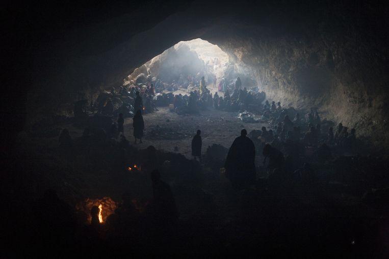 Honderden vrouwen en kinderen zoeken in een grot beschutting voor Soedanese bombardementen Beeld Adriane Ohanesian