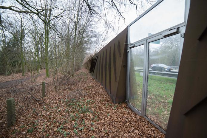 Omwonenden van het geluidscherm langs de A28 ter hoogte van Mecklenburglaan in Harderwijk vinden dat er te veel herrie overheen komt. Bij nieuwbouwwijk Harderweide gelden nieuwe en strengere normen, daar worden de geluidschermen wel twaalf meter hoog.