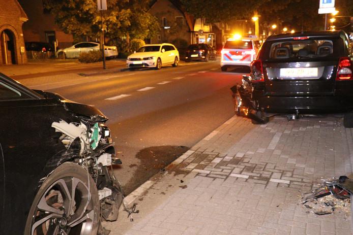 Een auto knalde op geparkeerde auto's in De Bilt.