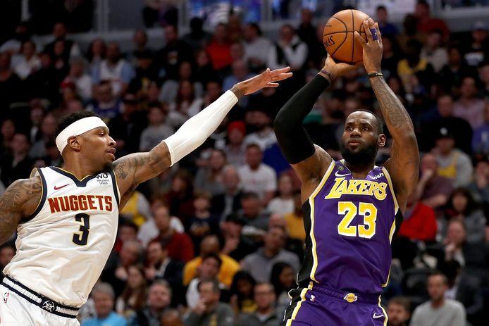LeBron James (r) legt aan. Torrey Craig  probeert een score te verhinderen.