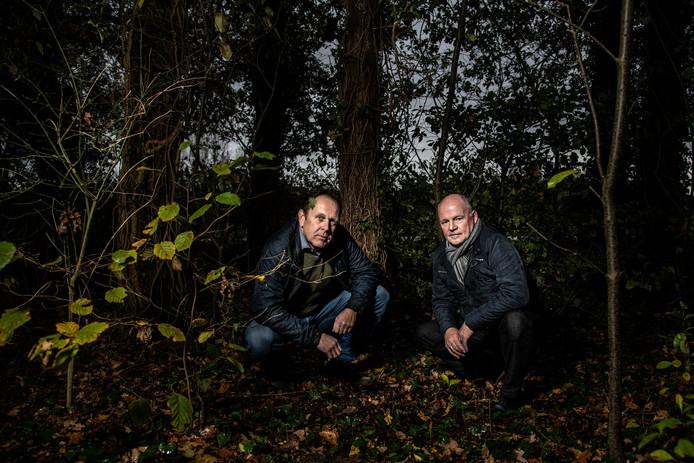 Jan Evers (links) en Pieter Föllings hebben beiden, onafhankelijk van elkaar, resten gevonden van waarschijnlijk dezelfde Duitse militairen. Onlangs hebben ze elkaar bij toeval ontmoet. De botten lagen in een bosje op de Berendonck.