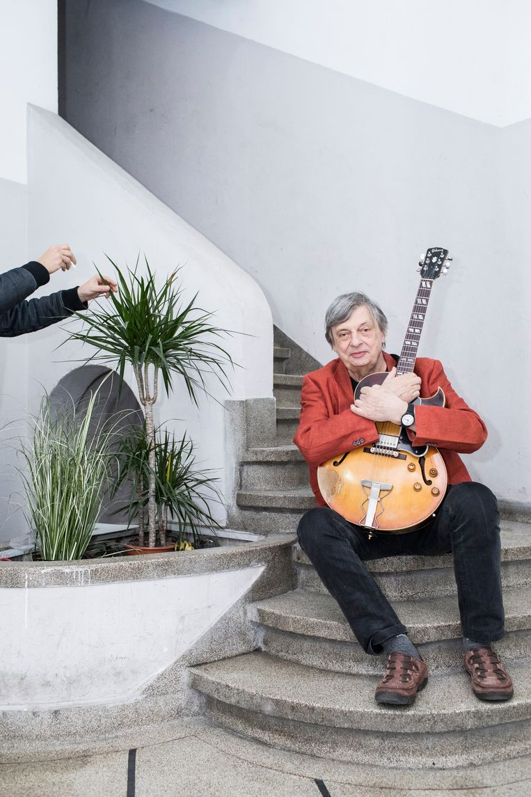 Philip Catherine, jazzmuzikant in zijn woning te Brussel   Beeld Siska Vandecasteele