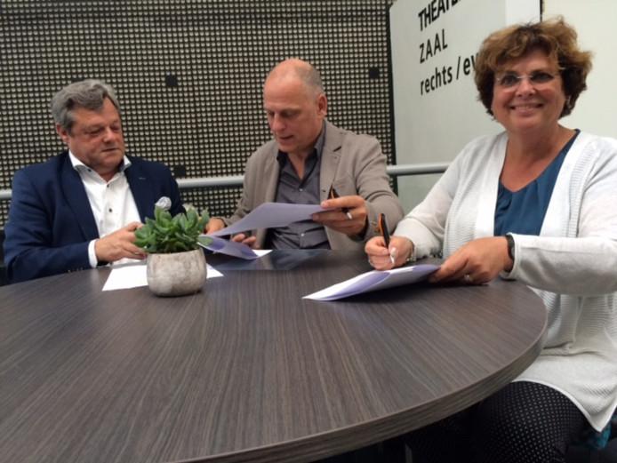 Contractondertekening door (vlnr) Wilgard van Lee van Viva la Musica, Jan Wouda van Markant en Annemieke de Groot van de Heemkundekring