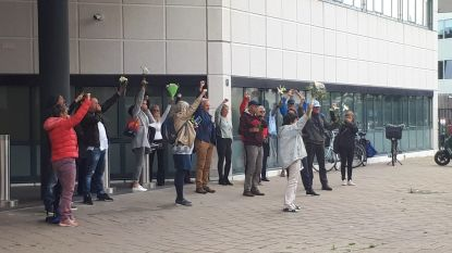"""Actievoerders protesteren aan verkeerde gebouw: """"Vreemd hoeveel politie hier rondloopt"""""""