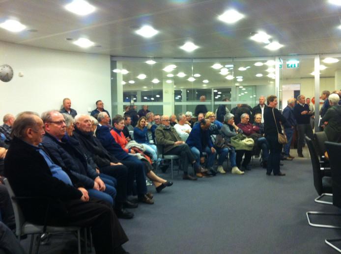 Een bomvolle tribune volgt de vergadering over de komst van een tweede supermarkt in Nistelrode.