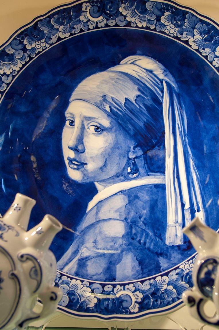 Een Delfts blauw bord met Meisje met de parel.  Beeld LightRocket via Getty Images
