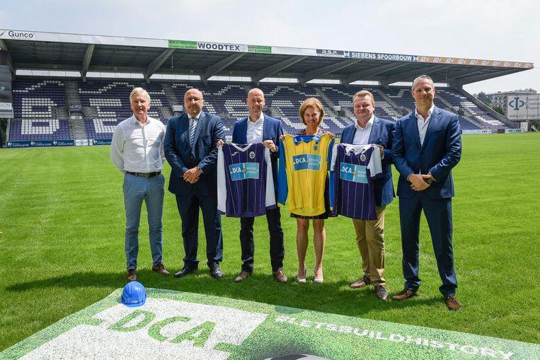 V.l.n.r.: coach Marc Brys, clubvoorzitter Eric Roef, Michiel Schellekens, Isabelle Huybrechts, Luc Neefs en Walter Damen, met de nieuwe truitjes.