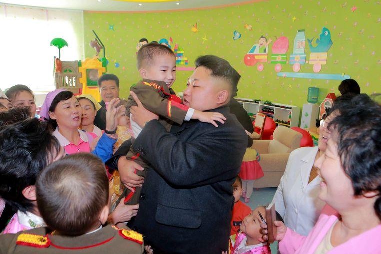 Kim Jong-un op bezoek in een weeshuis in Pyongyang. Beeld reuters
