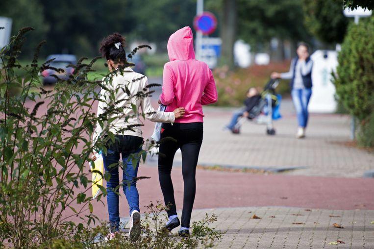Asielzoekers nabij het voormalig recreatiepark, welke dient als opvangcentrum, in het Drentse dorp Oranje. Beeld anp