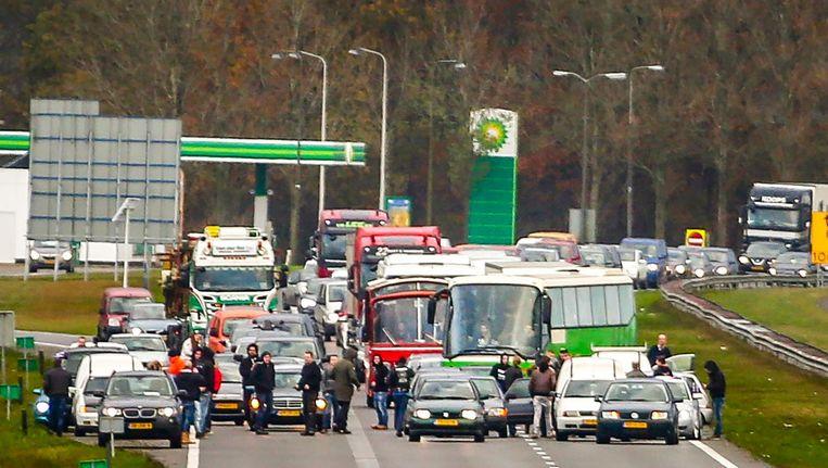 Bussen van de actiegroep Stop Blackface werden eerder deze maand door tegendemonstranten tegengehouden op de A7. Beeld anp