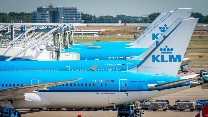Toestellen van KLM op een pier van luchthaven Schiphol