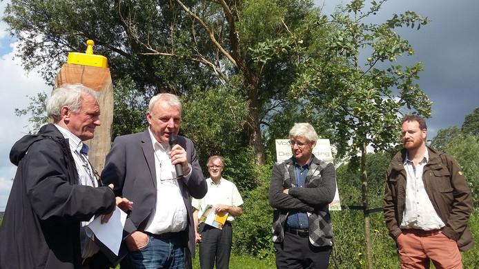 De spreekstalmeester daagde de wethouder en de vertegenwoordiger van het waterschap uit om vogels te spotten.