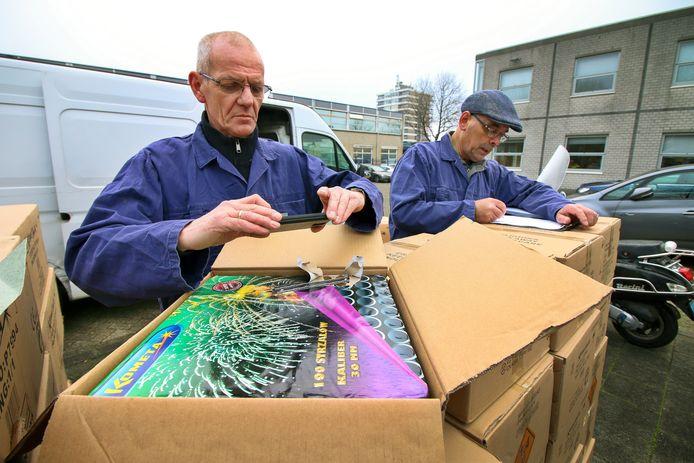 Het vuurwerkteam van de politie noteert de vangst van dozen vol illegaal vuurwerk na een controle in een huis in Hoogvliet.
