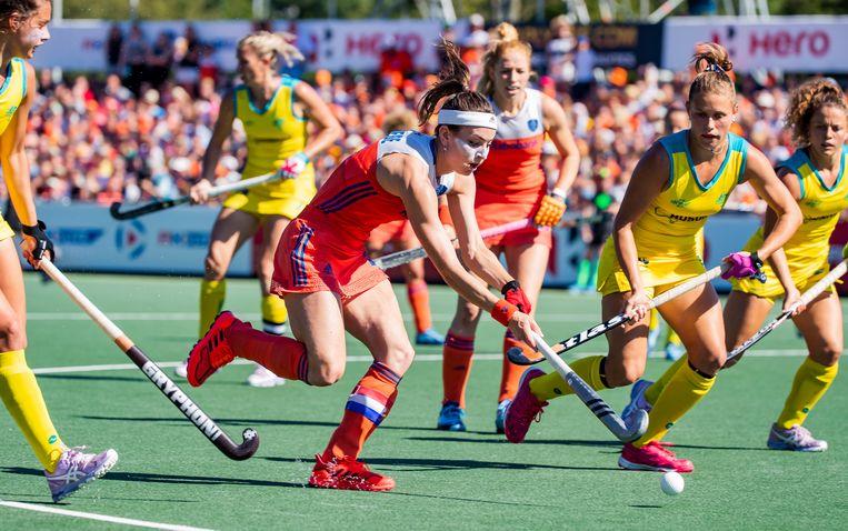 Eva de Goede van Nederland aan de bal tijdens de finale tussen Nederland en Australie van de Pro League hockeywedstrijd.  Beeld ANP