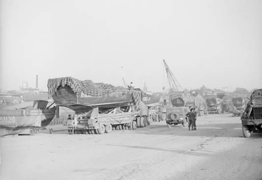 Landingsvoertuigen (Duck's) voor de Rijnoversteek in de Nijmeegse haven, 22 maart 1945.