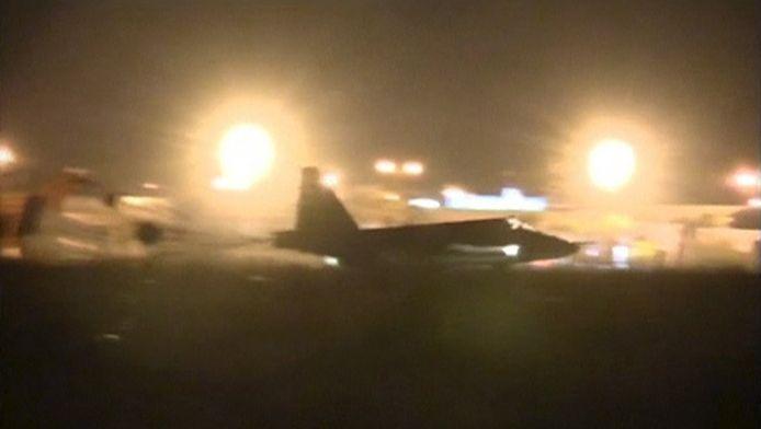 Een Russisch gevechtsvliegtuig taxit naar zijn standplaats vlak na de landing in Syrië.