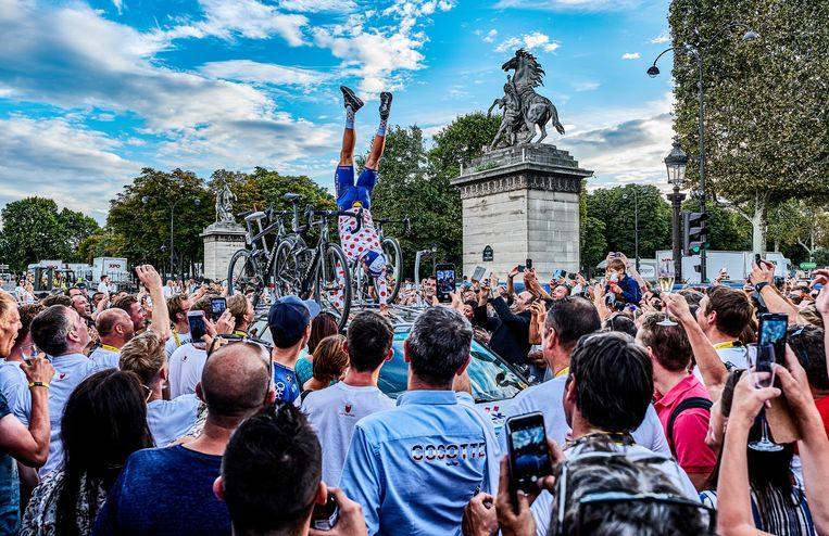Julian Alaphilippe op de Champs Elysées. Aan het einde van de Tour past een circusnummertje.