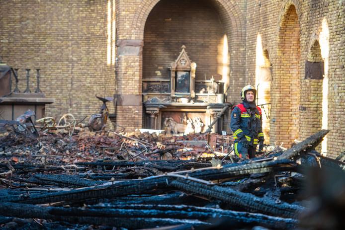 Ravage in de Onze-Lieve-Vrouw-Geboortekerk in Hoogmade na de grote brand van afgelopen maandag