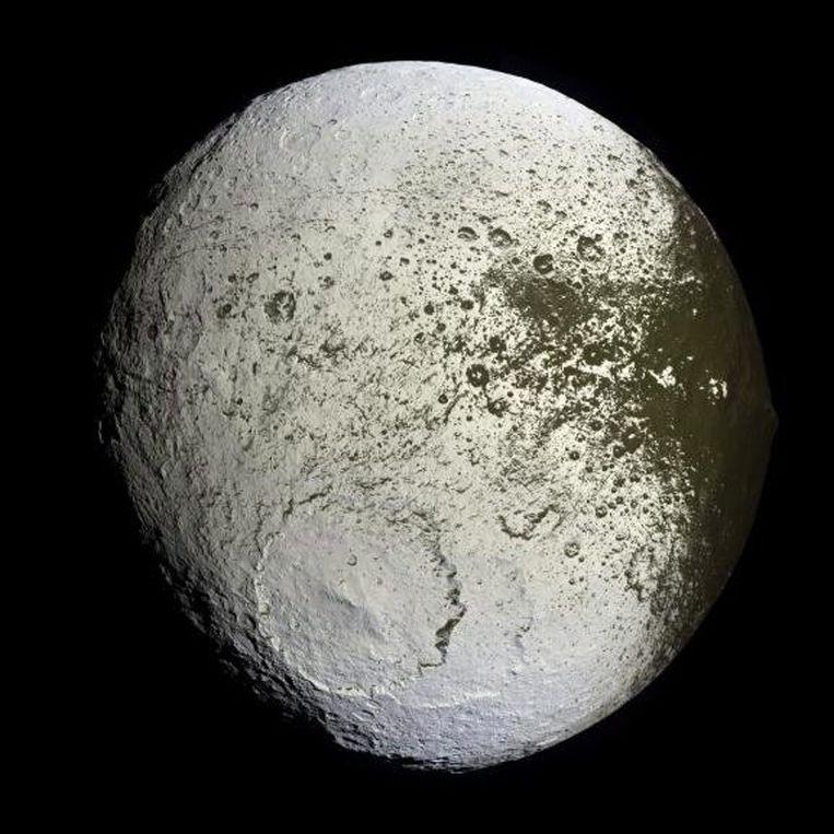 Een foto van Iapetus, een natuurlijke maan van Saturnus, gemaakt door de Cassini Huygens, een ruimtesonde die een studie maakt van Saturnus en zijn manen. Beeld EPA