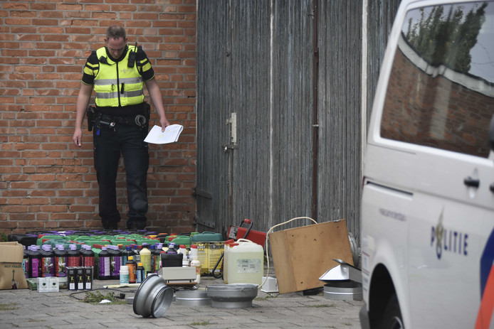 Een agent tijdens een grote politieactie in de Almelose wijk Nieuwstraatkwartier in samenwerking met de Belastingdienst, justitie en de gemeente.