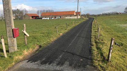 Boer Hendrik opgelicht: hele dreef overgoten met 'restje' asfalt