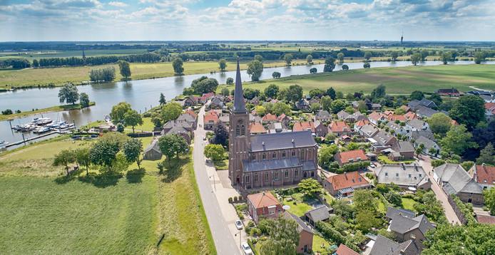 Batenburg aan de Maas, met op de achtergrond de televisietoren van Haren.