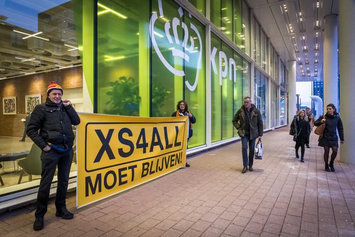 Protesten van de actiegroep 'XS4All Moet Blijven' tijdens de jaarvergadering van KPN afgelopen februari.