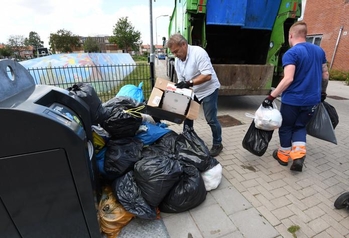 Het afval aan de Kievitstraat wordt opgeruimd.