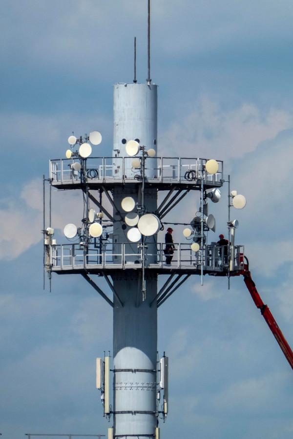 Edddy Groenbroek aan het werk in de mast.