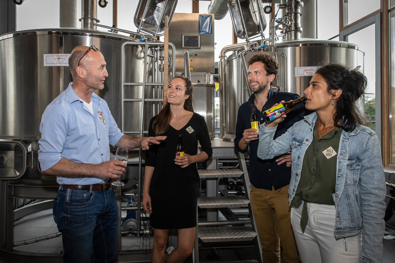 Musici Danna Paternotte (midden links) en Dionne Nijsten (rechts) en communicatie-adviseur Jacob van de Vlugt (midden rechts) lanceren het bier 'De Hoge Noot'. Links Joost van Rheenen, mede-eigenaar van brouwerij De 7 Deugden. Beeld Dingena Mol