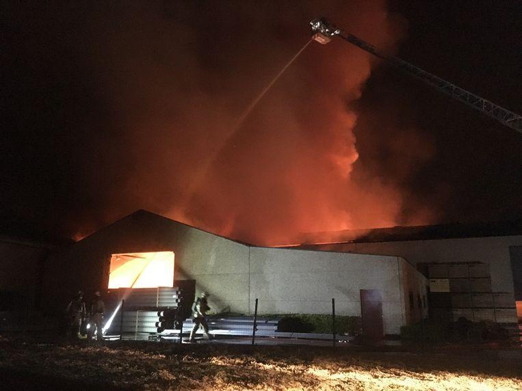 De brandweer had heel wat werk om de vlammen onder controle te krijgen.
