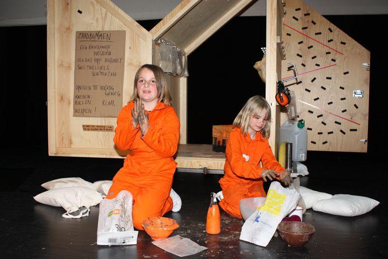 Gezusters Hirngespinst komen volgend jaar naar Oostende om de wereld en specifiek Oostende te repareren. Kinderen konden zondag alvast beginnen met het maken van zaadbommen.