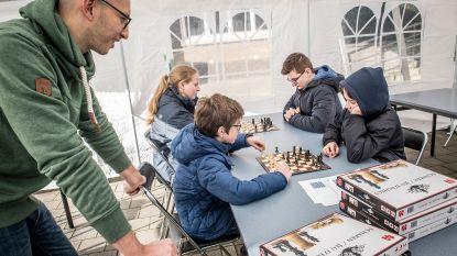 Spaans, schaken, massages of mooie nagels... leerlingen Barnum volgen gastcolleges in tent op Dikketruiendag