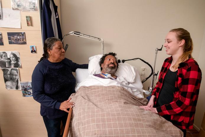 Een eerdere foto van Earl in zijn ziekenhuisbed.