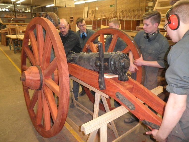 De leerlingen werken volop aan het kanon.