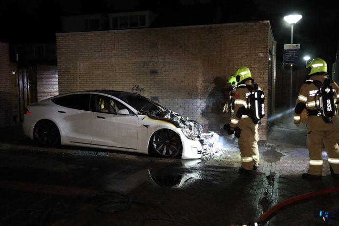 De Tesla raakte zwaar beschadigd door de brand.