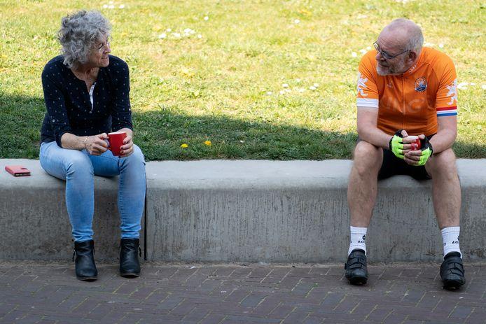 Even een praatje op een bankje op het Kapelaan Koopmansplein in Den Bosch.