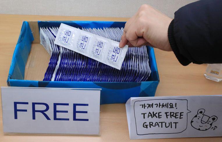 Gratis condooms in het olympisch dorp in Gangneung. Beeld EPA