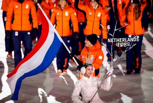 Jan Smeekens draagt de Nederlandse vlag het Olympisch Stadion in tijdens de openingsceremonie.