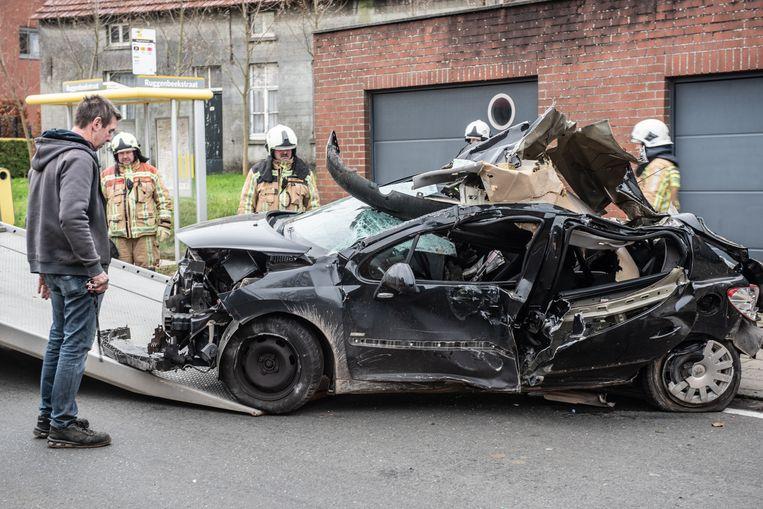 De helemaal verhakkelde auto waarin de chauffeur het leven liet.