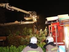 Brandweer haalt bewoners uit huis tijdens woningbrand in Achterveld